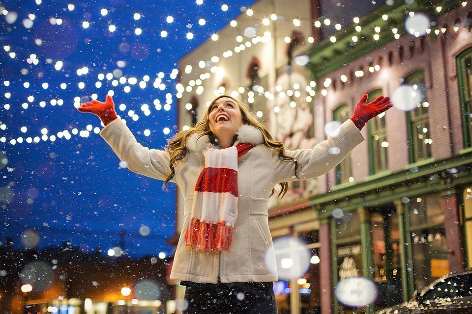 Glad kvinde i sne