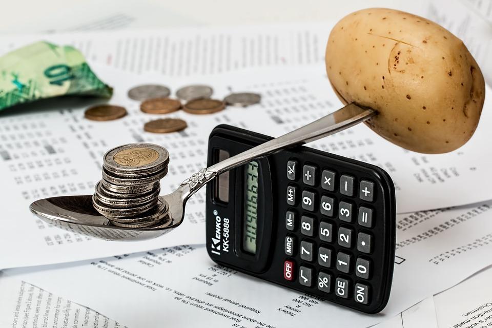 mønter balancerer kartoffel