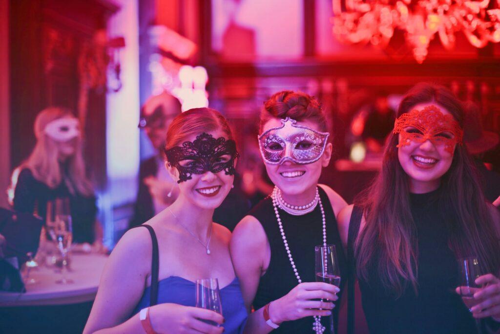 3 piger med masker