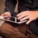 Person sidder med tablet